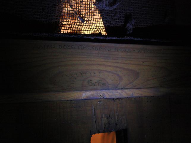 """Napis na drzwiach celi: """"Matko Boża, opiekunko nasza, wyratuj. 15.IV-15.VIII"""""""