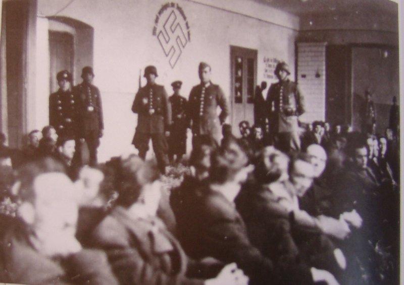 Członkowie ruchu oporu aresztowani w 1941 r., przetrzymywani w Olsztynie k. Częstochowy [ze zbiorów MHPRL w Warszawie].