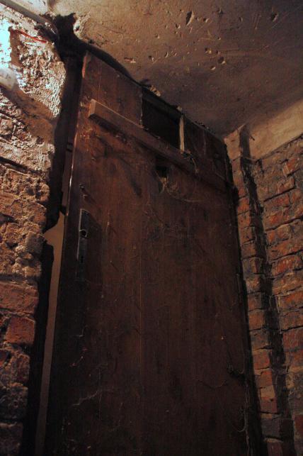 Przez górne wycięcie w drzwiach podawano posiłki. Dolne, czyli judasz, służyło do obserwowania więźniów. Poszczególne cele mają po kilka metrów kwadratowych powierzchni. W największej, kilkunastometrowej, przebywało nawet ponad 20 osób. Za prycze służyły im ułożone pod ścianą deski...