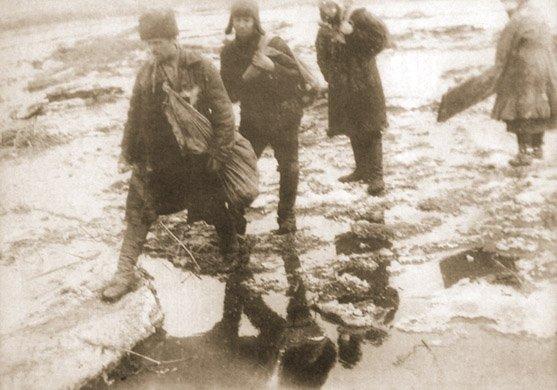 """""""Rozkułaczeni"""" chłopi opuszczają swoją wieś, obwód doniecki w 1931 r."""