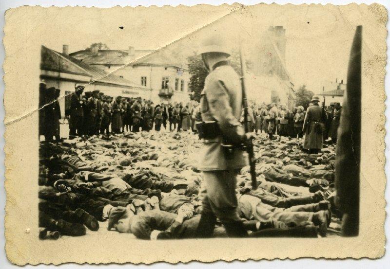 Olkusz. Aresztowani położeni twarzą do ziemi z rękami związanymi na plecach w oczekiwaniu na przesłuchanie, 30 VII 1940 r. [ze zbiorów IPN].