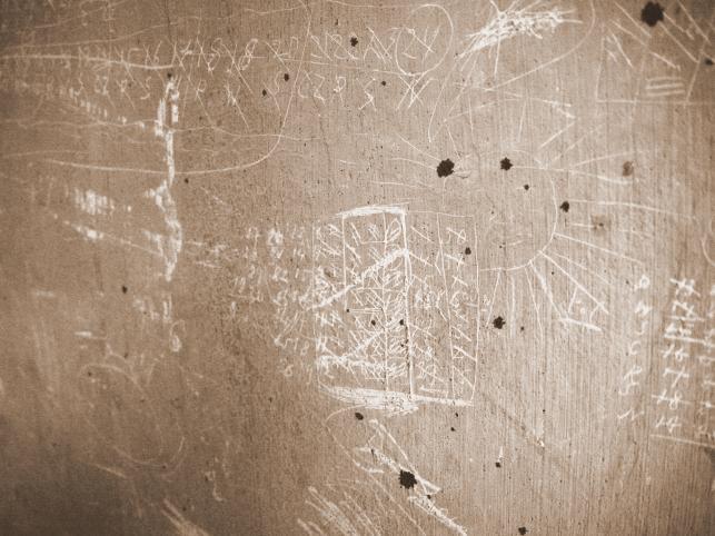 Więzienne kalendarze, nazwiska, daty, a nawet słońce wyryte na ścianie. Więźniowie wszelkimi sposobami próbowali zachować spokój i świadomość upływającego czasu