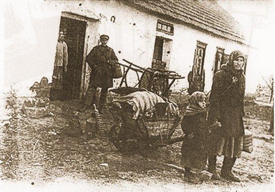 """""""Rozkułaczona"""" rodzina z resztką dobytku opuszcza swój dom w Udacznej, obwód doniecki"""