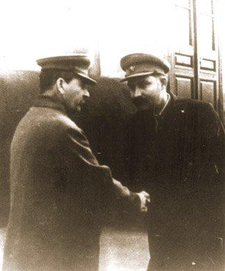 Józef Stalin i Łazar Kaganowicz, kierujący polityką, która doprowadziła do Wielkiego Głodu