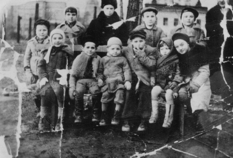Dzieci Zamojszczyzny uratowane z transportu do Rzeszy przez Józefa Wójcika i umieszczone w schronisku w Warszawie, 1943 r. [ze zbiorów IPN].