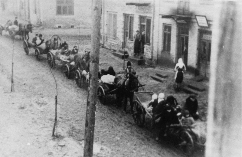 Dzieci z Zamojszczyzny oddzielone od rodziców, przewiezione do sierocińca w Łaskarzewie, 1942 r. [ze zbiorów IPN].