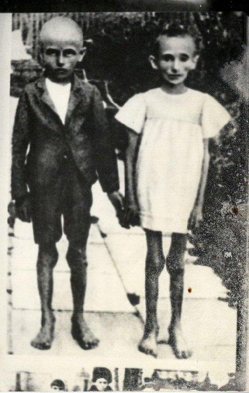 Dzieci w obozie zagłady. Dzieci, które nie nadały się do zniemczenia eliminowane były w obozach, b.d.m. [ze zbiorów IPN].