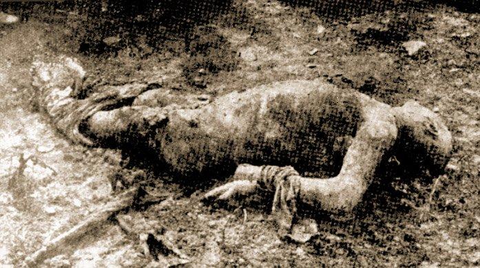 """Ciało """"białego"""" porucznika Bobrowa, któremu czekiści obcięli język idłoń orazzdarli skórę znogi"""