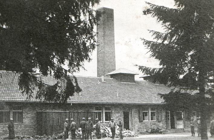 Zwłoki więźniów przed krematorium. Częstą formą terroru i eliminowania chłopów było skazywanie ich na pobyt w obozach koncentracyjnych, 1945 r. [ze zbiorów AP w Kielcach].