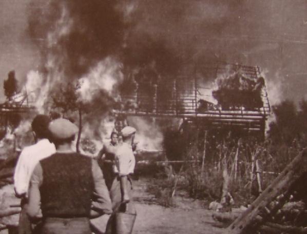 Spalona wieś. Jedna z 817 spacyfikowanych przez Niemców w latach 1939–1945, b.d.m. [ze zbiorów MHPRL w Warszawie].
