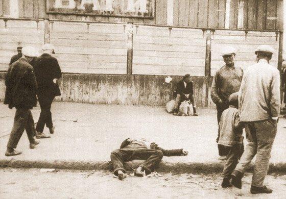Ciało człowieka zmarłego z głodu na ulicy w Charkowie w 1933 r.