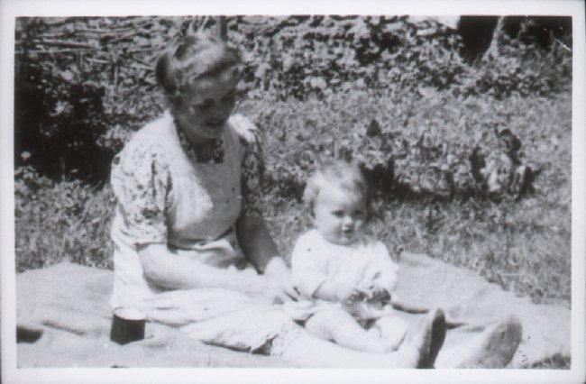 Helena Walczewska-Gędłek z dzieckiem zamordowana w czasie pacyfikacji Radwanowic, pow. krakowski, 20-21 VII 1943 r. [ze zbiorów IPN].