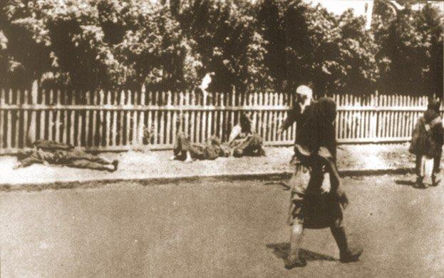 Ciała ludzi zmarłych zgłodu naulicy wCharkowie w1933 r.