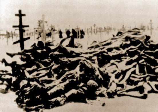 Stos trupów przywiezionych na charkowski cmentarz