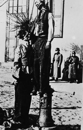Więźniów wieszano w miejscach publicznych, nawet latarnie mogły stać się szubienicami, 1945 r. [ze zbiorów IPN].
