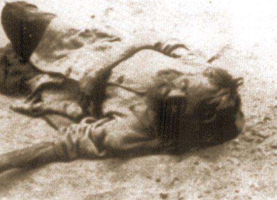 Ciało zmarłego z głodu chłopa na ziemi, na której nie rośnie już nawet trawa