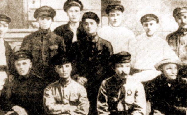 Feliks Dzierżyński i dowódca WCzK W. Manczew z grupą funkcjonariuszy