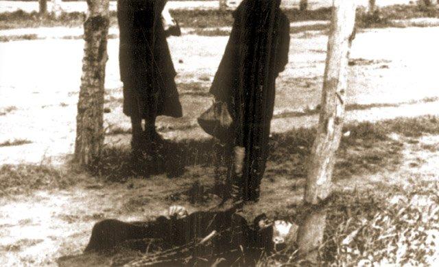 Ciało zmarłego z głodu człowieka leżące przy wiejskiej drodze