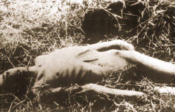 Wychudzone ciało zmarłego z głodu