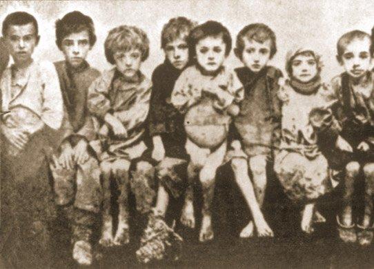 Grupa dzieci w sierocińcu