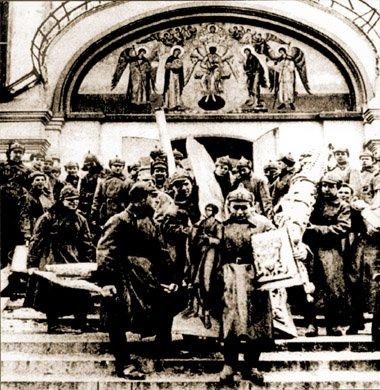 Z cerkwi zamienianych namagazyny wynoszono obrazy isprzęty liturgiczne