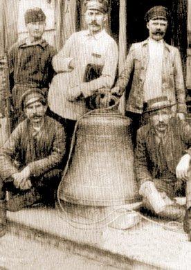 Dzwon zkatedry wCharkowie zarekwirowany przezaktyw robotniczy napomoc dlagłodujących