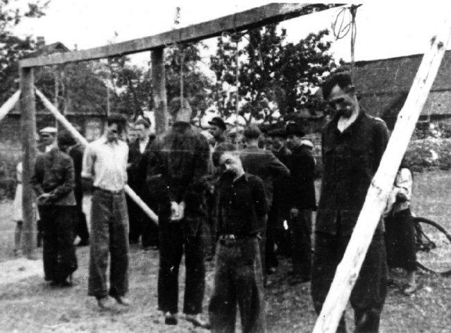 Ofiary publicznej egzekucji we wsi Dmenin, pow. radomszczański, b.d. [ze zbiorów IPN].