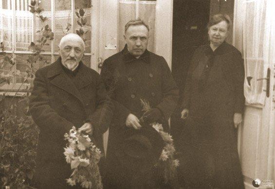 Teofil Skalski (w środku), polski ksiądz, spędził kilka lat wsowieckich łagrach, w1932 r. powrócił doPolski