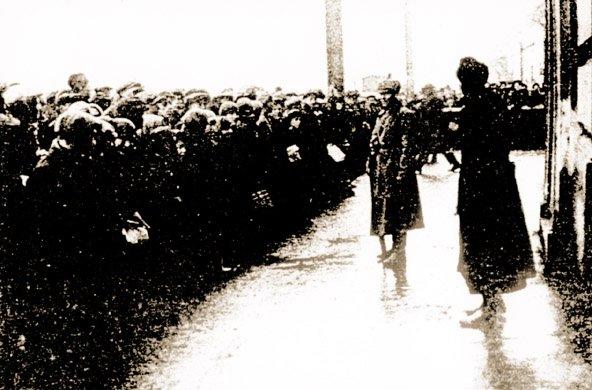 Tłum ludzi przed halą, gdzie odbywał się pokazowy proces