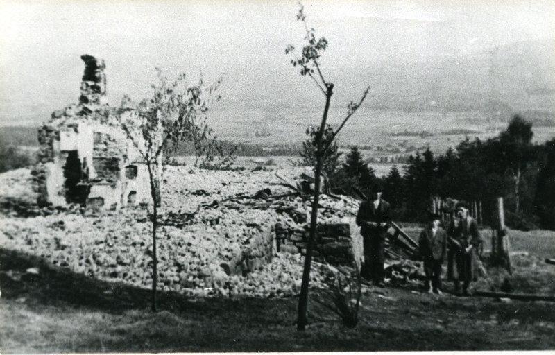 Mieszkańcy Lipnika i Wiśniowej, pow. myślenicki, na zgliszczach spalonych domostw, 12-18 IX 1944 r. [ze zbiorów IPN].