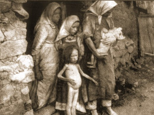 Kobiety z nagimi, wygłodzonymi dziećmi