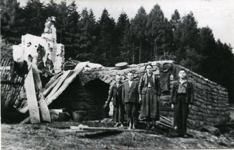 Ocaleni z pacyfikacji wsi Lipnik i Wiśniowa, pow. myślenicki,12-18 IX 1944 r. [ze zbiorów IPN].