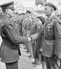 Generał Jacob Devers ściska rękę majora Słowikowskiego po odznaczeniu go orderem Legion of Merit za jego wkład w kampanię w północnej Afryce.