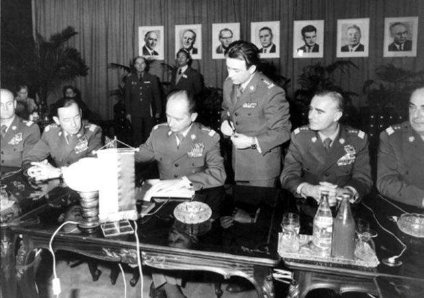 Kukliński (stoi) i Jaruzelski podczas spotkania dowództwa Układu Warszawskiego.