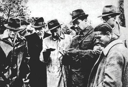 Józef Mackiewicz (w środku w białym płaszczu) w Katyniu w 1943 r.