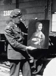 Major Karol Estreicher prezentuje ''Damę z łasiczką'' (fot. www.monumentsmenfoundation.org)