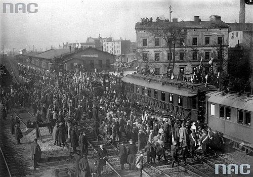 Powitanie pociągu ze zwłokami Henryka Sienkiewicza na warszawskim Dworcu Głównym