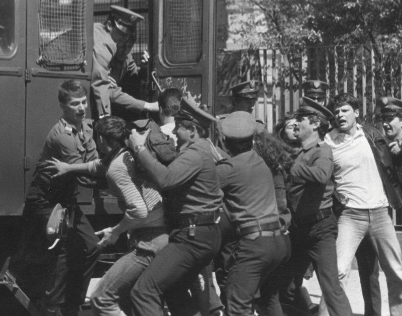 Demonstracja pod konsulatem sowieckim, 16 maja 1989 r. (fot. Andrzej Stawiarski, zbiory FCDCN)