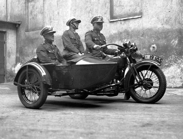Motocyklowy patrol Policji (sierpień 1932 r.).