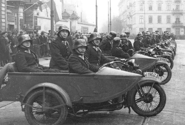 Obchody Święta Niepodległości na Placu Piłsudskiego w Warszawie (11 listopada 1932 r.). Motocyklowy oddział Policji.
