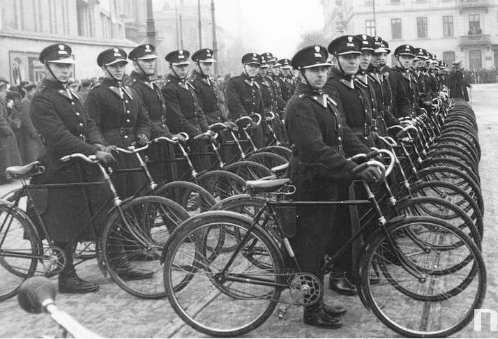 Obchody Święta Niepodległości na Placu Piłsudskiego w Warszawie (11 listopada 1932 r.). Rowerowy oddział Policji.
