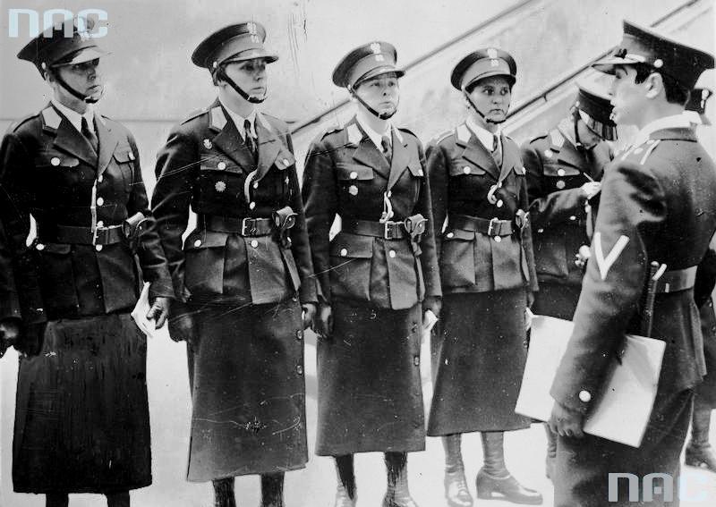 Referat policji kobiecej Centralnej Służby Śledczej w Warszawie (1935 r.). Odprawa policjantek.