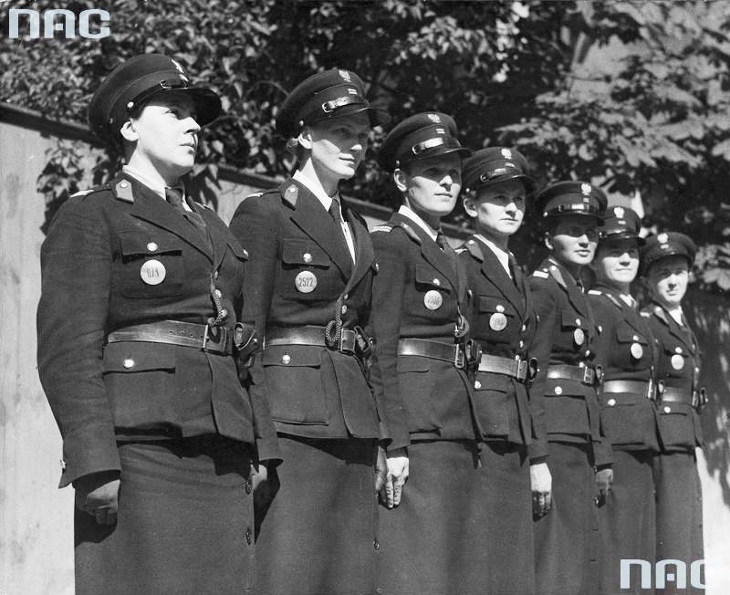 Grupa funkcjonariuszek z Referatu policji kobiecej Centralnej Służby Śledczej w Łodzi (1937 r.).