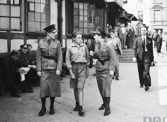 Referat policji kobiecej Centralnej Służby Śledczej w Warszawie (sierpień 1939 r.). Policjantki z chłopcem w drodze od izby zatrzymań.