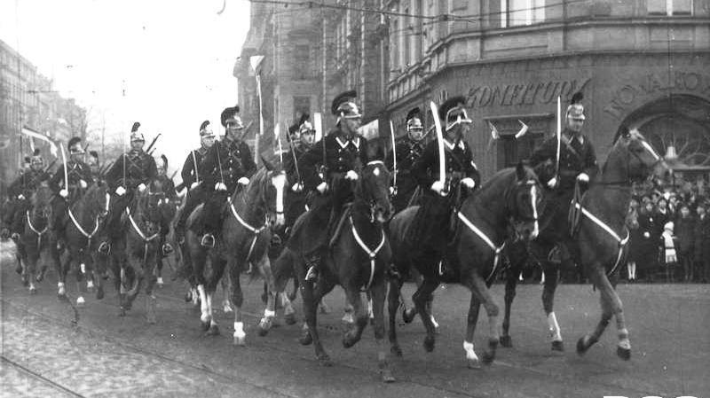 Obchody Święta Niepodległości w Katowicach (11 listopada 1933 r.). Konny oddział policji w czasie defilady.