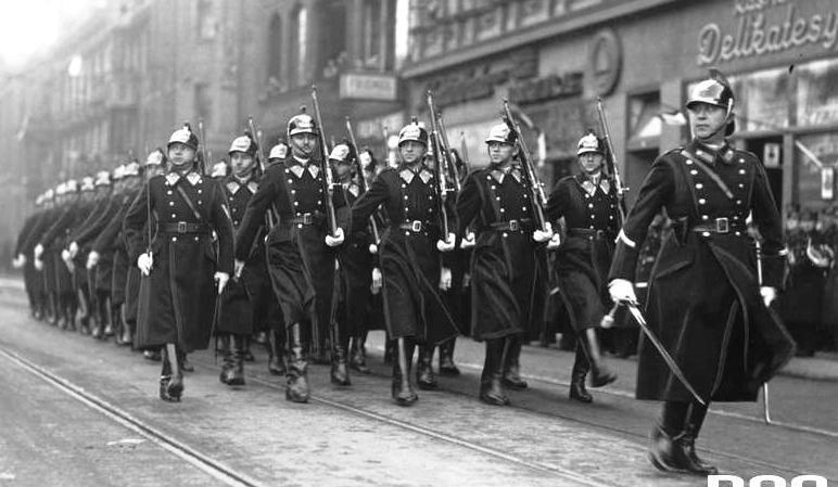 Obchody Święta Niepodległości w Katowicach (11 listopada 1936 r.). Oddział policji podczas defilady.