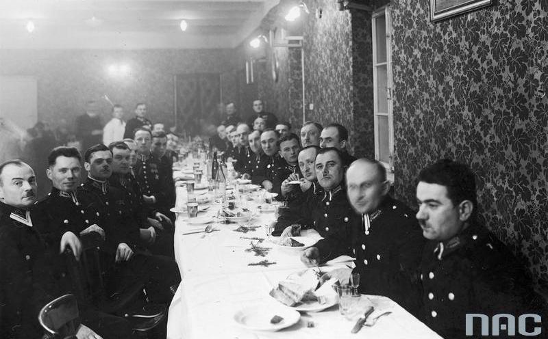 Kolacja wigilijna dla posterunkowych urządzona w koszarach przy ulicy Siemiradzkiego z inicjatywy Komendy Wojewódzkiej Policji Państwowej w Krakowie (14 grudnia 1934 r.).