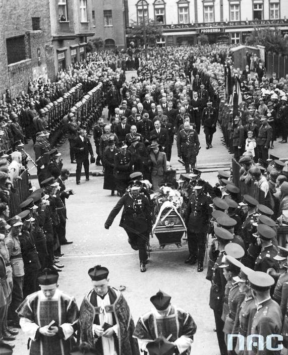 Uroczystości pogrzebowe w Katowicach posterunkowego policji śląskiej Wiktora Szwagla zamordowanego przez dywersanta niemieckiego na przejściu granicznym Szarlej (sierpień 1938 r.).