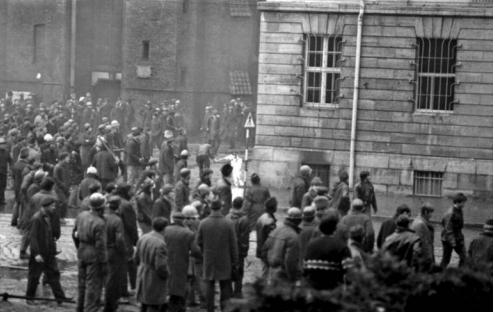 Demonstracja robotników imieszkańców Gdańska podKW PZPR, 15 grudnia 1970r.