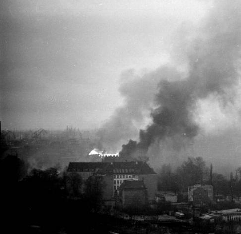 Płonący gmach Komitetu Wojewódzkiego PZPR wGdańsku, 15 grudnia 1970r.